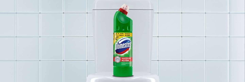 Tuvalet üzerinde yeşil Domestos çamaşır suyu