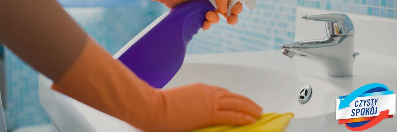 Zrzut ekranu z ręką kogoś, kto czyści zlew