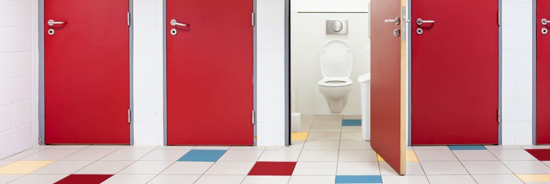Изображение 4 туалета красные двери