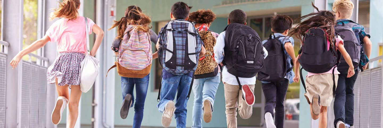 Дети бегают в прихожей